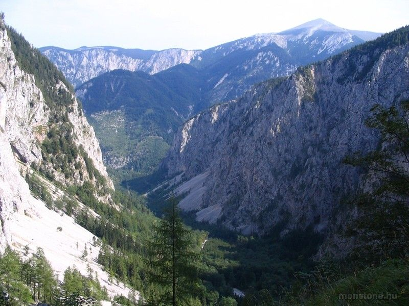 kilátás visszafelé: a Höllental és a Schneeberg csúcsa