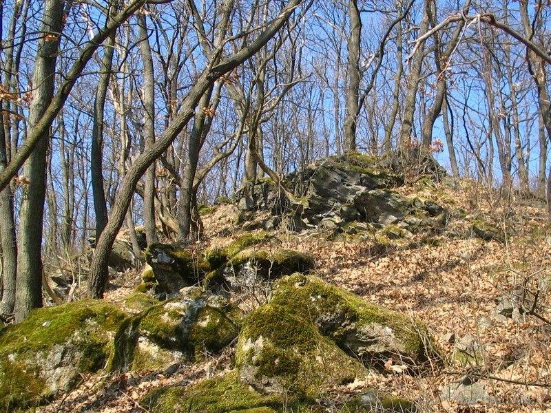 Vékony bazaltréteg csak a sziklák fölött látható