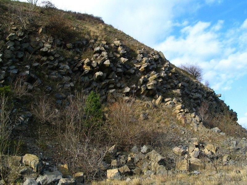 A déli oldal töredező bazaltoszlopai