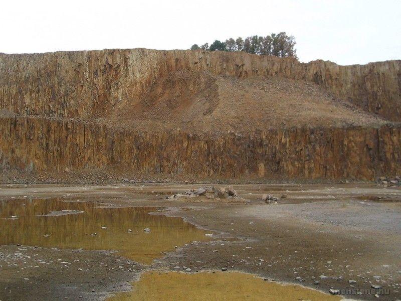 Középen a kis kőkupac a zárvány lelőhelye
