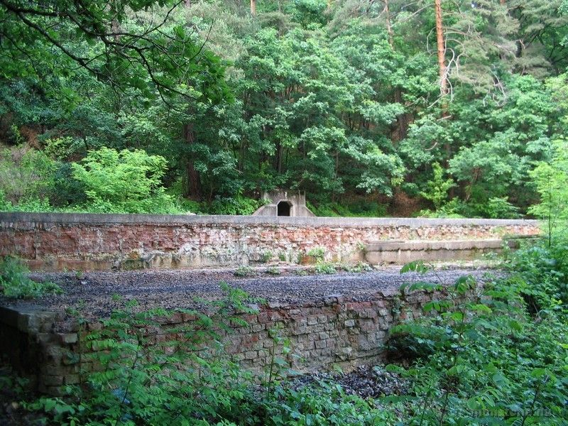 Parádfürdői tímsós medence maradványai. Jobboldalán a gyűjtőhely