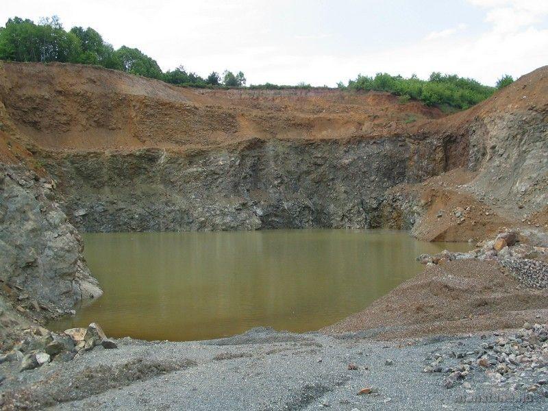 Így néz ki a bánya a tóval