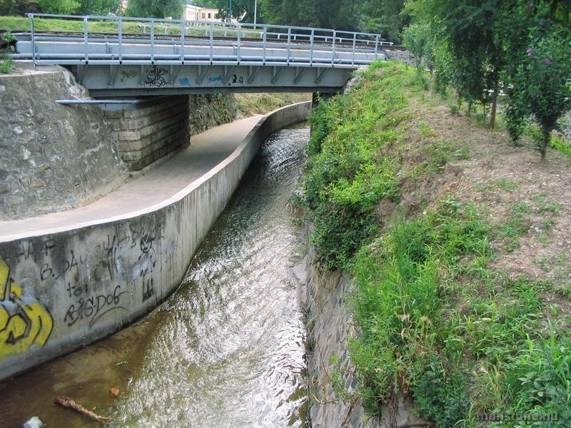 A patak normál állapotban a medrében