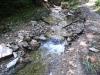 Tisztára mosott patakmeder, vízesések, csobogás